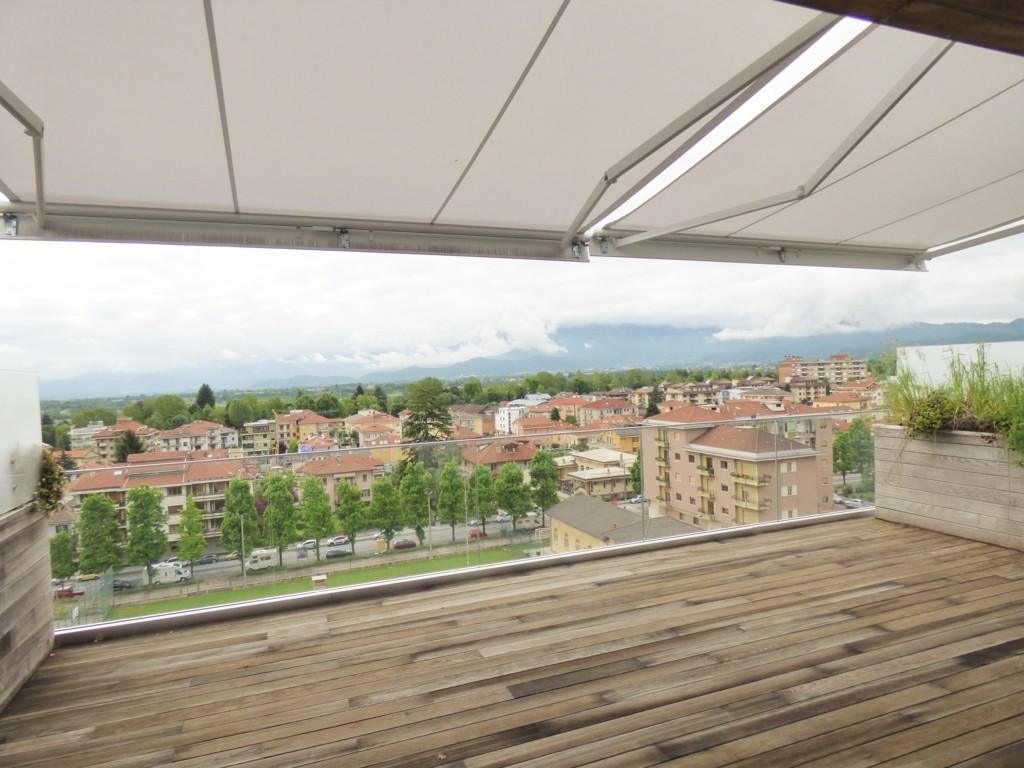 terrazzo attico con tende da sole automatiche